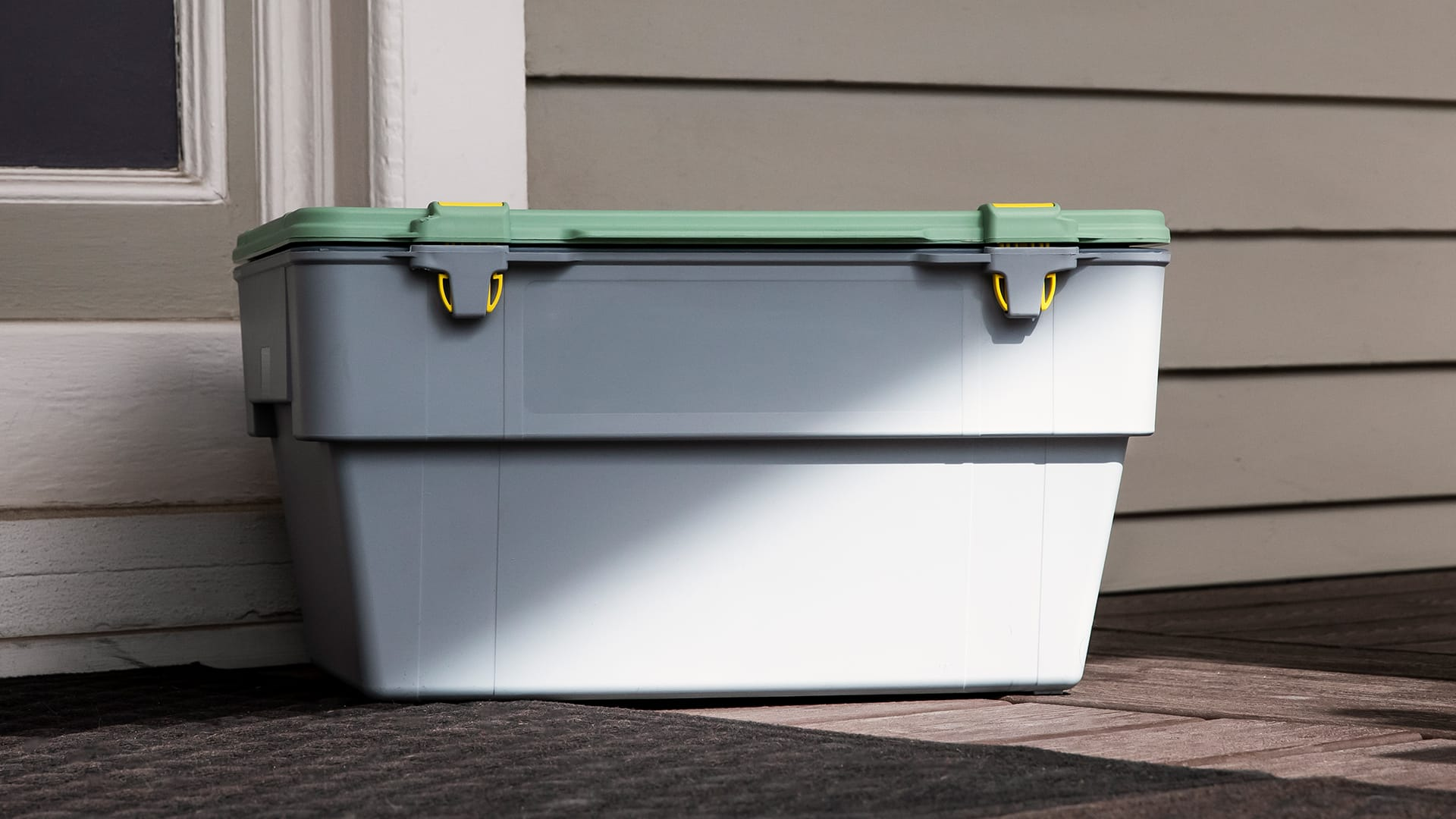 a Liviri Fresh container sits protected from sunlight on a meal kit customers porch